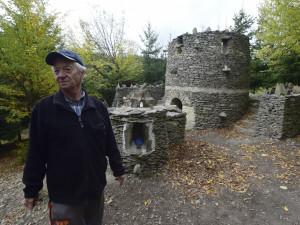 Stovky kbelíků kamenů a roky práce. Senior vybudoval středověký hrádek Špacírštějn