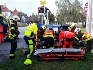 Na přejezdu v Prostějove se srazil vlak s autem. Dva lidé byli zranění