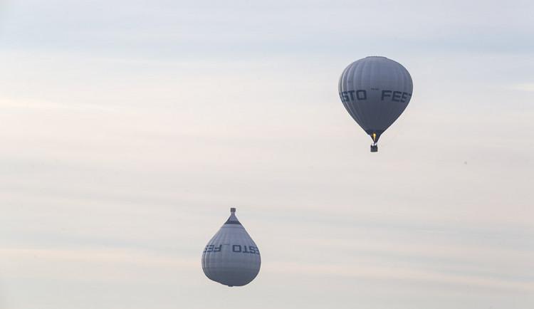 Obrácený balon zaujal Olomouc. Přes Hanou proletěl vzduchoplavecký propagační tým