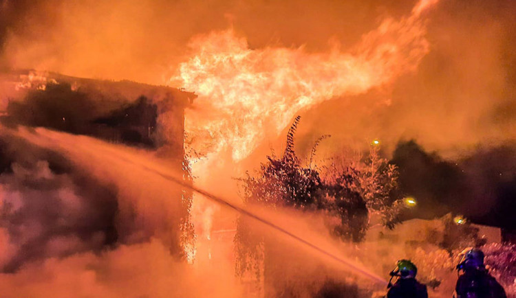Opuštěnou stavbu u nádraží v Přerově pohltily plameny. Před požárem utekli čtyři lidé