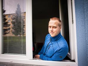 Díky práci u Policie získal obecní byt ve Zlatých Horách na Jesenicku. Mám výbornou a stabilní práci v krásném prostředí hor, říká mladý policista Radek Hlavsa