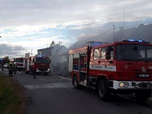 Plameny pohltily střechu domu ve Štěpánově. S požárem bojovalo devět jednotek hasičů