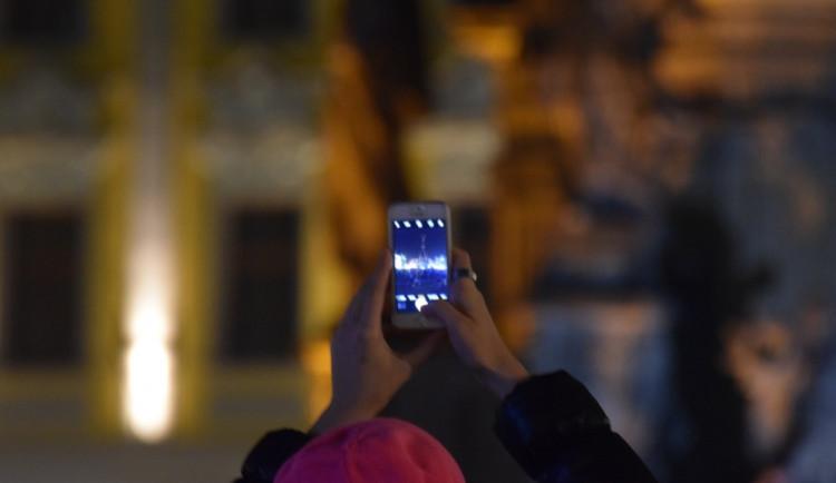 """Asi tisícovka lidí protestovala v Olomouci proti Babišovi i """"komunistické mlátičce"""" Ondráčkovi"""