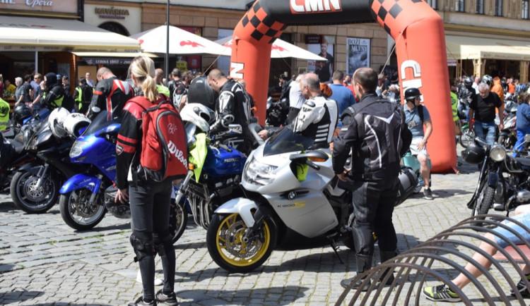 Z Horního náměstí vyjely v poledne stovky motorkářů, oficiálně tak začala jejich sezóna