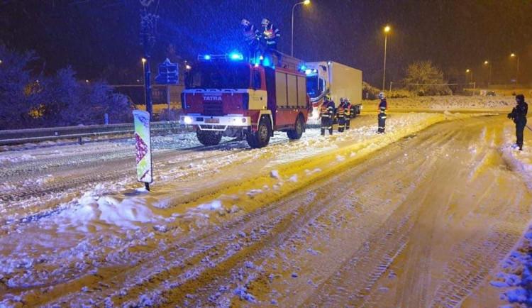 Hasiči kvůli silnému sněžení řešili přes šedesát událostí