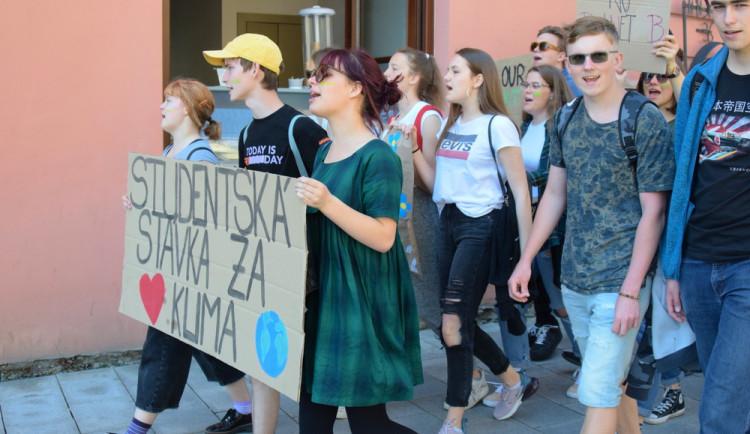FOTOGALERIE: Žádná škola, klima volá, křičeli studenti. Středoškoláci v Olomouci stávkovali za lepší klima
