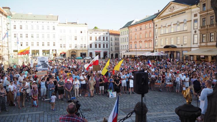 FOTOGALERIE: Na Horní náměstí přišly stovky lidí podpořit nezávilost justice, demonstrovalo se po celé republice