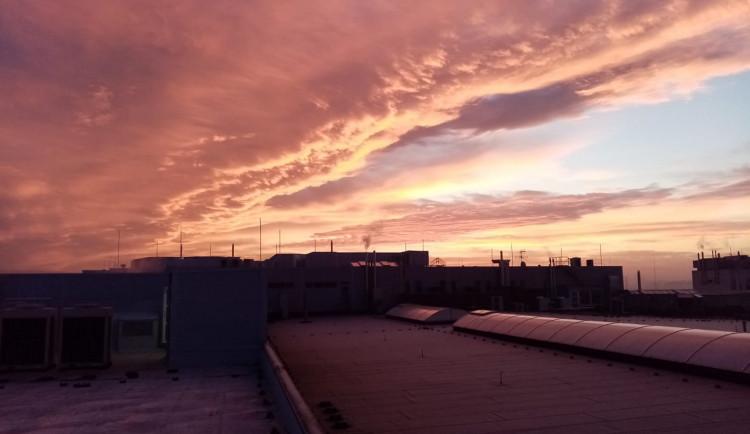 FOTOGALERIE: Slunce a mraky dnes kouzlily na ranní obloze. Tady jsou vaše nejlepší úlovky