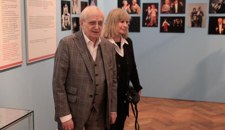 Všestranný umělec Jiří Suchý má v Olomouci k životnímu jubileu výstavu fotografií, maleb a sběratelských předmětů. Na snímku s Jitkou Molavcovou