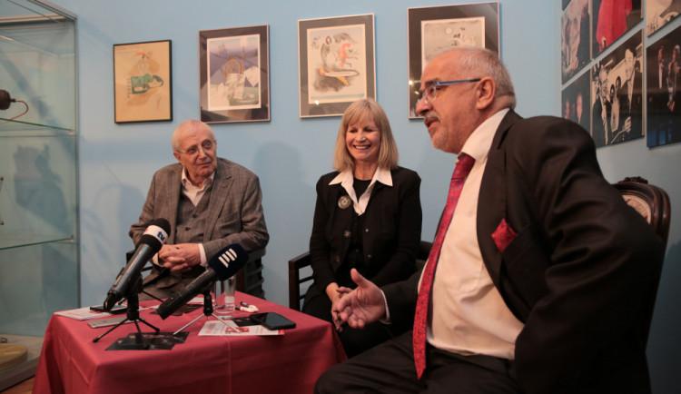 Výstava Jiřího Suchého v Olomouci k 90. narozeninám. Na snímku vpravo ředitel Vlastivědného muzea Břetislav Holásek