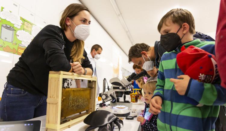 I v letošním ročníku Noci vědců byla jedním z center prezentací a pokusů Přírodovědecká fakulta Univerzity Palackého či popularizační muzeum vědy Pevnost poznání
