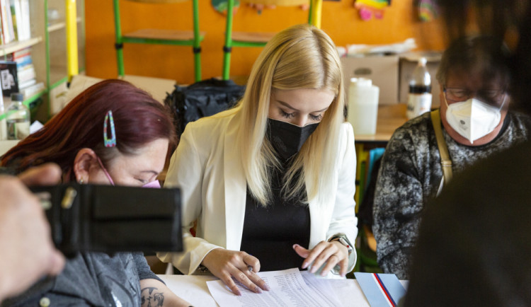 VOLBY 2021: V Olomouci se otevřely volební místnosti, počáteční zájem byl mimořádný