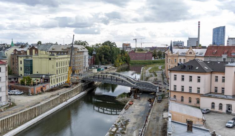 Druhá část mostu na Masarykově třídě je nad řekou. Rejnok dostává jasné obrysy